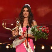 Sandra Bullock ganha o troféu 'Gostosa por uma década' pelas mãos de Hugh Grant