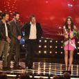 Sandra Bullock ganha o troféu de 'Gostosa por uma década' das mãos de Hugh Grant, Keanu Reeves e Matthew McConaughey