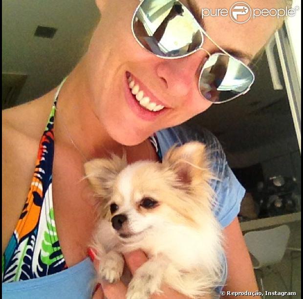 Ana Hickmann sorri com Penélope, um dos cachorros da apresentadora, em 2013
