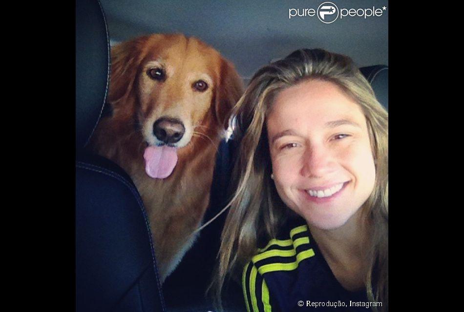 Longe de casa, Fernanda Gentil ganha visita de marido e cadela (14 de junho de 2014)