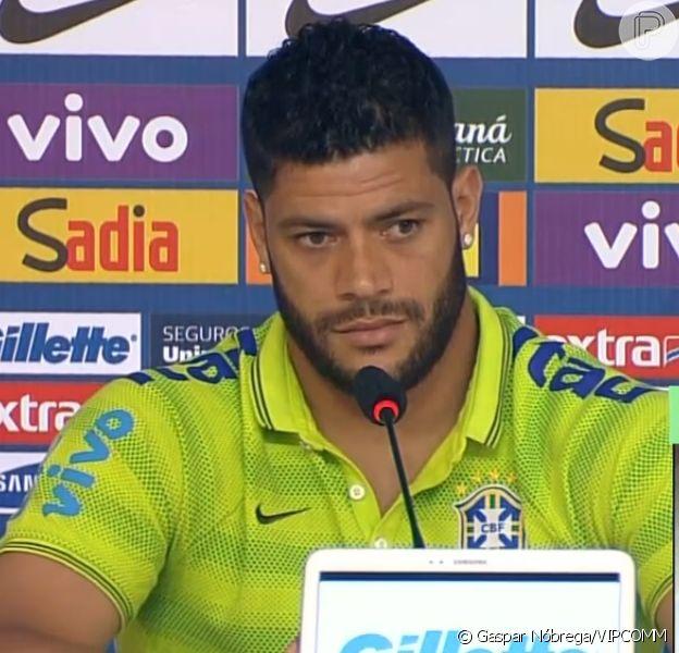 Hulk participa de coletiva de imprensa e garante que está bem, mesmo após deixar o terino com dores na coxa (15 de junho de 2014)