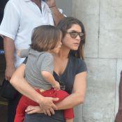 Priscila Fantin carrega o filho, Romeo, no colo ao desembarcar no Rio de Janeiro