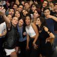 Parte do elenco de 'Malhação Sonhos' tira selfie durante coletiva de imprensa