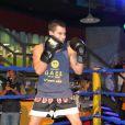 Arthur Aguiar luta muay thai com Isabella Santoni em ringue da cidade cenográfica