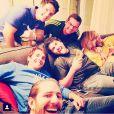 Kaká se diverte com amigos assistindo ao jogo do Brasil