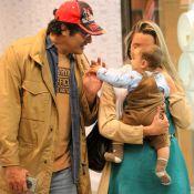 Luciano Szafir e a mulher levam o filho, David, de 6 meses, ao shopping