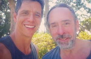 Márcio Garcia publica foto ao lado do diretor Tim Burton: 'Batendo um papo'