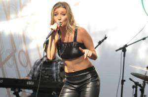 Luiza Possi fica só de top e mostra barriga sequinha durante show em São Paulo