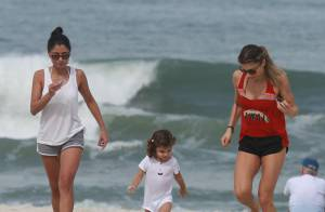 Grazi Massafera encontra a filha, Sofia, após corrida com amiga em praia do Rio