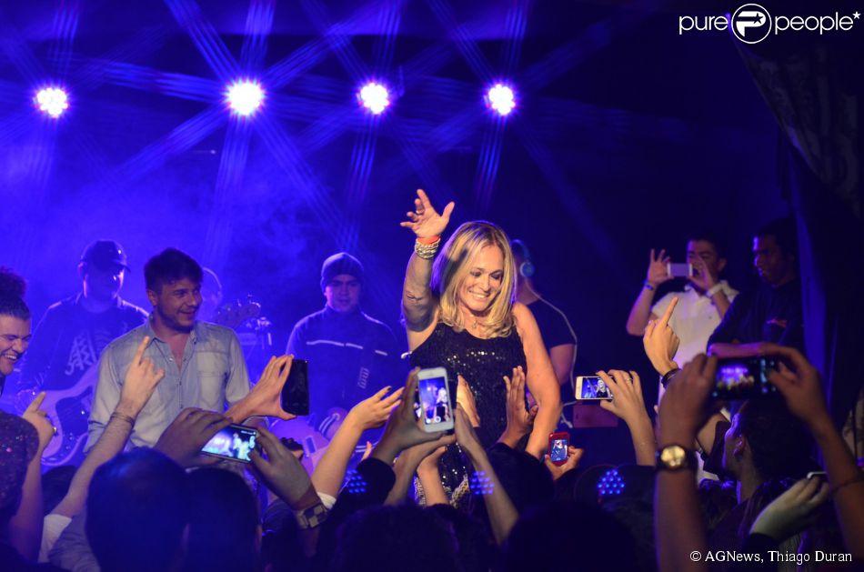 Susana Vieira se diverte em show de Anitta e dança funk no palco (24 de junho de 2014)
