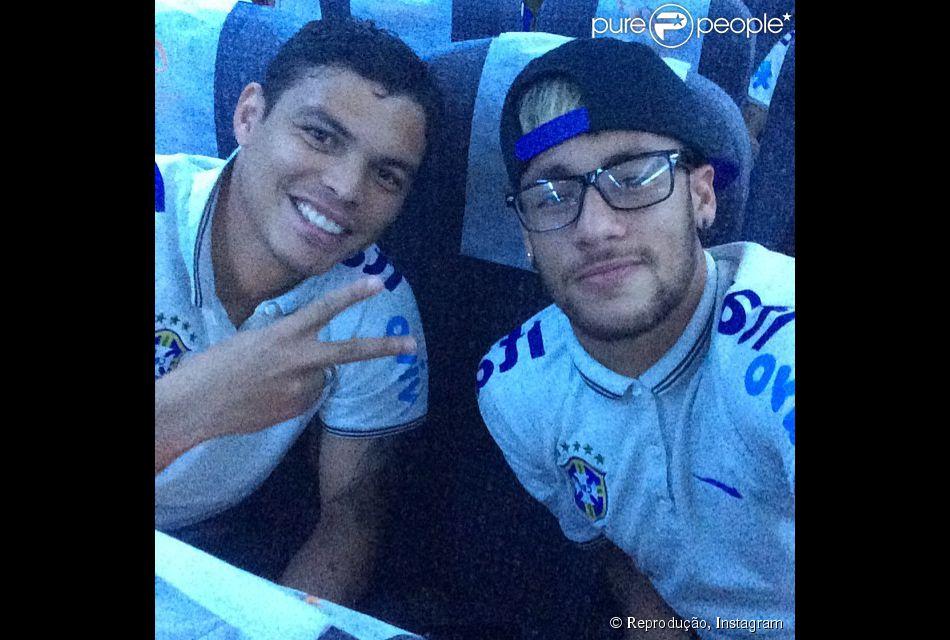 82e6b5e7ccd0c Neymar mostra novo visual com óculos de grau durante voo ao lado de Thiago  Silva