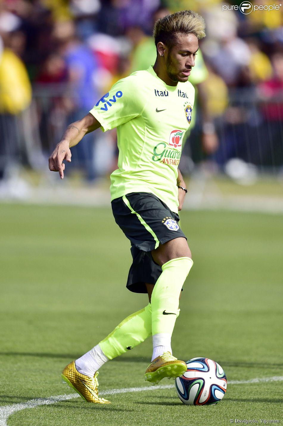 baf9d62068 Neymar treina com a chuteira dourada de R  1