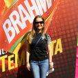 Fernanda Rodrigues usou camisa do Brasil para ir ao Brahma Deck antes de jogo entre França e Alemanha no Maracanã, no Rio de Janeiro