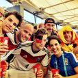 Mariana Gross curte jogo da Alemanha contra a França, no Maracanã, ao lado de alemães