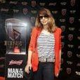 Maria Ribeiro posa ao lado da taça de melhor do jogo no Maracanã