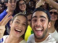 Luana Piovani volta de metrô de jogo no Maracanã com Pedro Scooby e posa com fãs