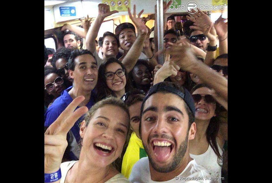 Luana Piovani volta para casa de metrô após jogo entre França e Alemanha no Maracanã, em 4 de julho de 2014: 'Bonde'