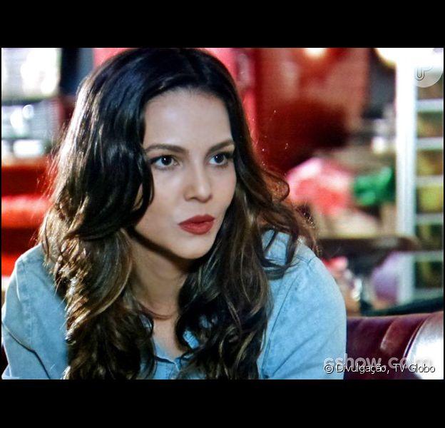 Marina (Tainá Müller) fica preocupada quando ouve do pai que ele tem uma 'notícia quente' para dar a ela depois do casamento, em 16 de julho de 2014, na novela 'Em Família'