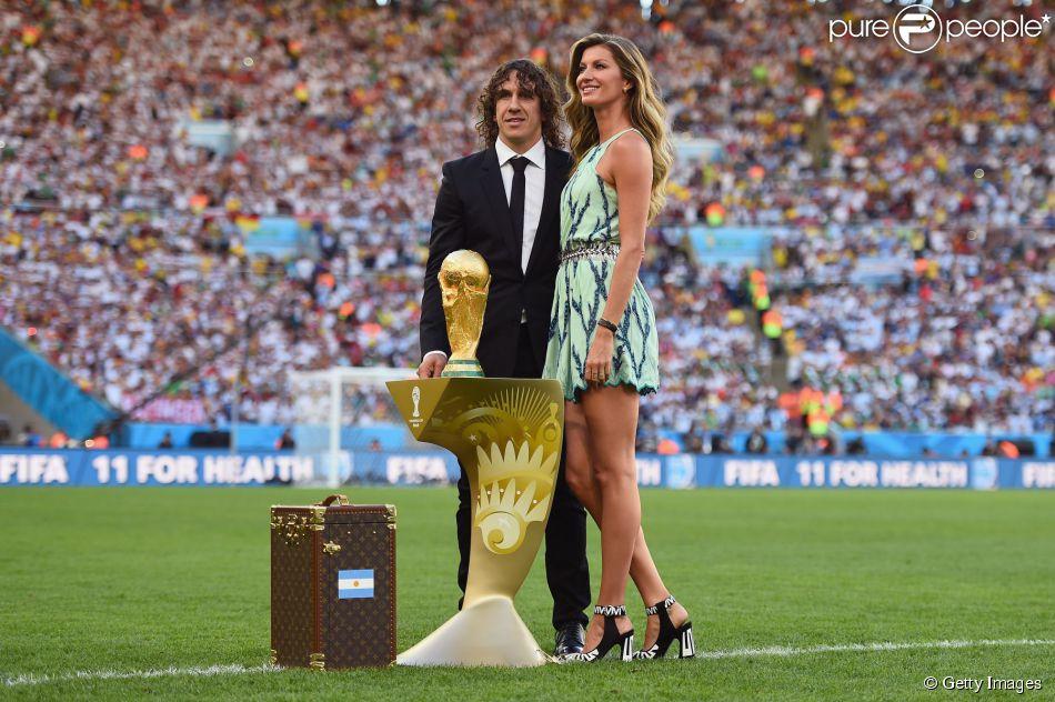 Gisele Bündchen brilha ao lado de Carles Puyol na cerimônia de encerramento da Copa do Mundo no Maracanã neste domingo, 13 de julho de 2014