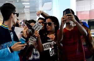 Anitta cria tumulto entre os fãs e posa para fotos em aeroporto do Rio