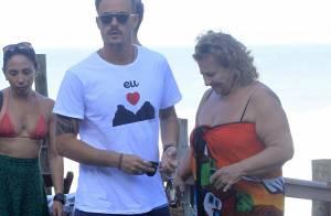 Paulinho Vilhena curte final de tarde com a mãe em praia do Rio