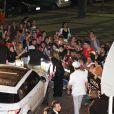 Deborah Secco cumprimenta os fãs antes de entrar no Copacabana Palace, na noite desta segunda-feira, 28 de julho de 2014