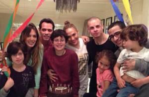 Jennifer Lopez posa entre o ex-marido Marc Anthony e o namorado, Casper Smart