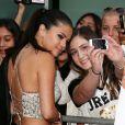 Selena Gomez faz selfie com fãs em evento de filme