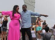 Fenda do vestido de Kim Kardashian mostra demais em visita ao Cristo Redentor