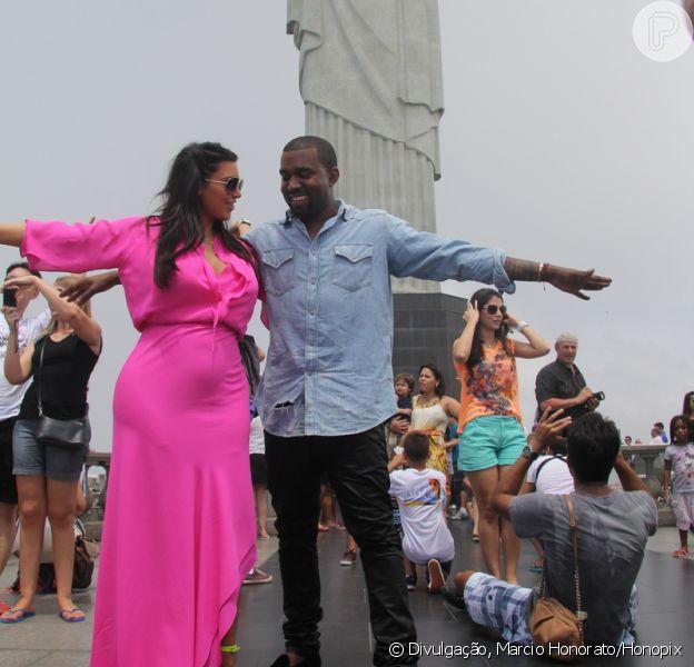 Kim Kardashian e o marido, Kanye West, visitam o Cristo Redentor, a barriga de grávida da socialite já aparece pelo vestido, em 9 de fevereiro de 2013