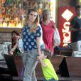 Carolina Dieckmann está afastada das novelas desde o fim de 'Joia Rara' e aproveita as férias para se dedicar aos filhos