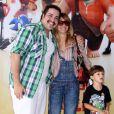 Carolina Dieckmann levou o filho caçula, José, ao cinema e posa para foto com o amigo Tiago Abravanel