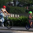 José, filho de Carolina Dieckmann, passeia de bicicleta com a mãe