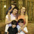 Carolina Dieckmann, Tiago Worcman e José posam para foto em momento família