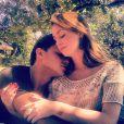 Klebber Toledo postou a foto romântica em abril de 2012