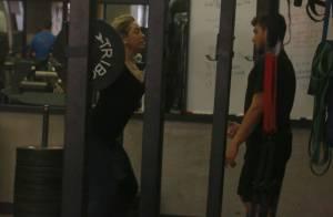 Em forma aos 47 anos, Claudia Raia levanta peso durante treino em academia no RJ
