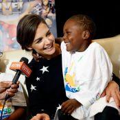 Katie Holmes participa de première e brinca com crianças com câncer, em NY