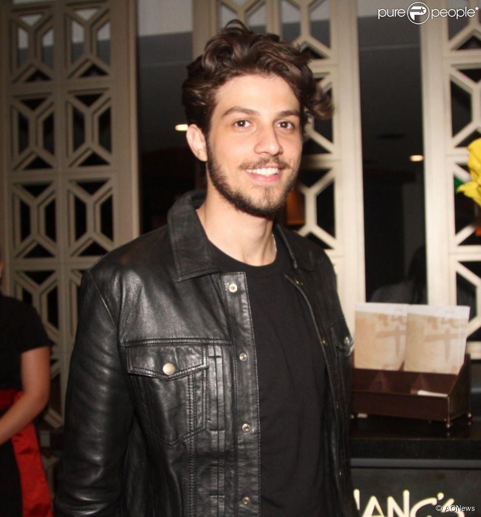 Chay Suede assina contrato de três anos com a TV Globo. A informação é do colunista Flávio Ricco (19 de agosto de 2014)