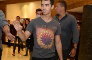 Fã tenta abraçar Joe Jonas, ex-Jonas Brothers, mas é impedida por segurança