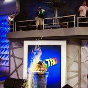 Faustão dá bronca no filho após levar banho de pipoca no 'Domingão': 'Para!'