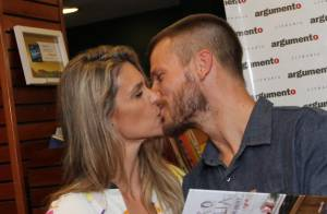 Rodrigo Hilbert lança livro de culinária e ganha beijo de Fernanda Lima