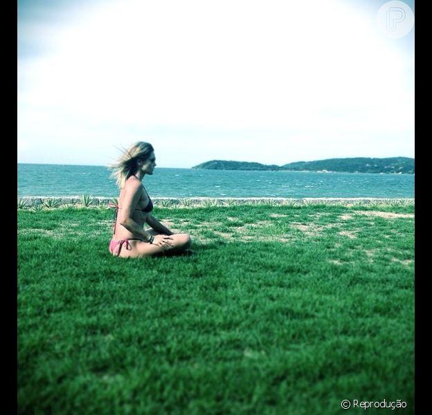 Flávia Alessandra aproveitou os dias de folga em uma praia paradisíaca com a família