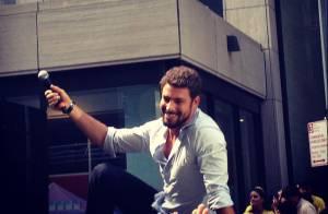 Cauã Reymond apresenta o Brazilian Day e é ovacionado por fãs, em Nova York