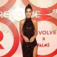 O vestido com fenda profunda bordado em paetês foi a aposta de Camila Coelho para o #REVOLVE Awards