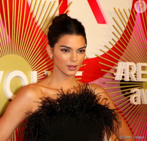 Kendall Jenner apostou no vestido tomara que caia com bastante plumas #REVOLVE Awards, que aconteceu em Las Vegas