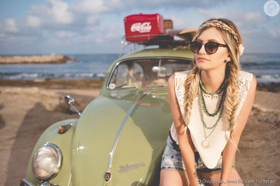 A trança dupla pode ganhar um charme extra no verão com uma tiara estilo headband