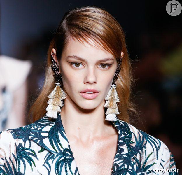Acessórios que vão deixar seus looks de verão muito mais estilosos. Laura Neiva usa brincos de franjas no desfile da PatBo no SPFW