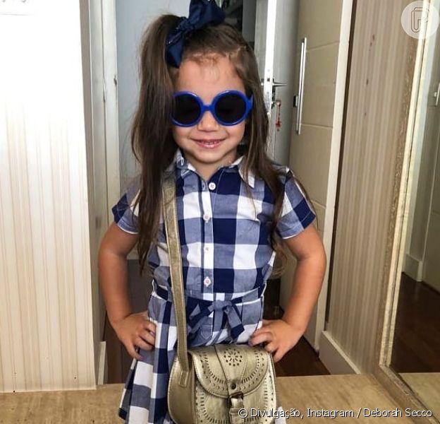 Filha de Deborah Secco e Hugo Moura, Maria Flor usou vestido xadrez e All Star branco