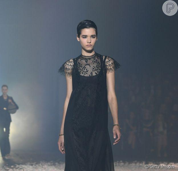 Um bom vestido preto é um investimento de moda. Esse é da Dior