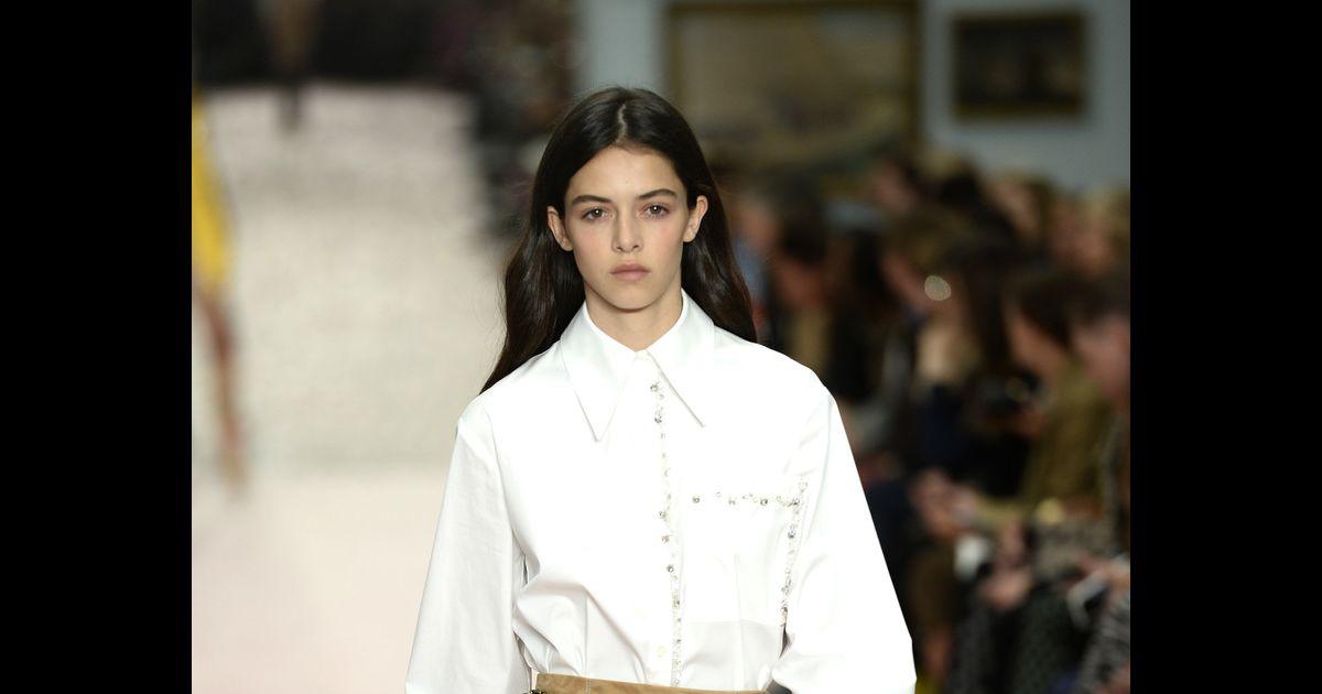 193e0684dc Básicos para comprar na Black Friday. A camisa branca Carolina Herrera  nunca sai de moda - Purepeople